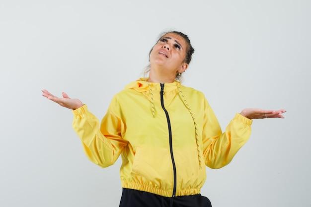 Mulher de terno esporte fazendo gesto de escalas enquanto olha para cima e parece confuso, vista frontal
