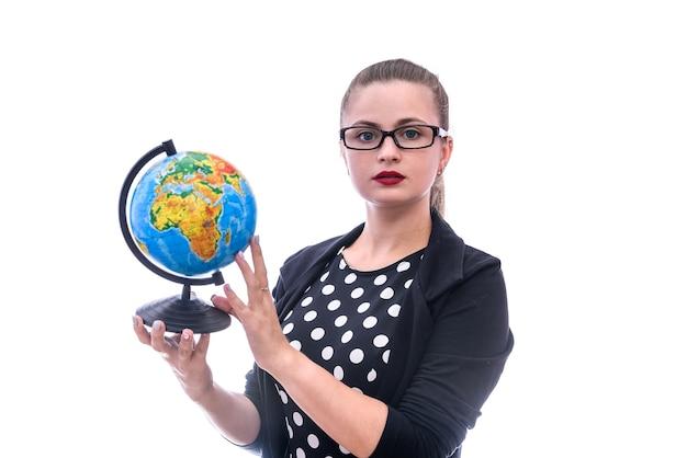 Mulher de terno segurando um globo isolado na parede branca