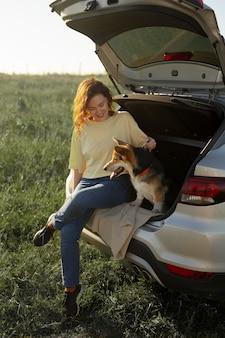 Mulher de tiro completo com cachorro fofo