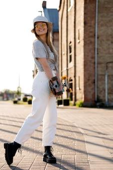 Mulher de tiro completo com skate