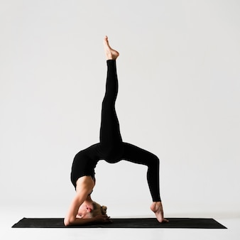 Mulher de tiro completo com uma perna para cima