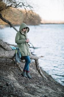 Mulher de tiro completo posando na natureza