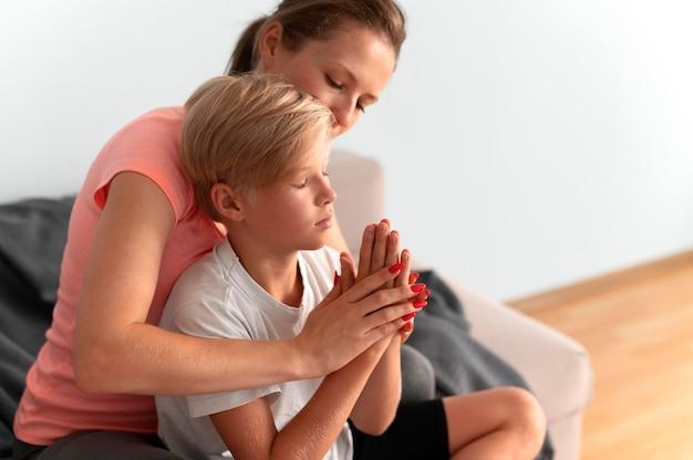Mulher de tiro médio ajudando criança