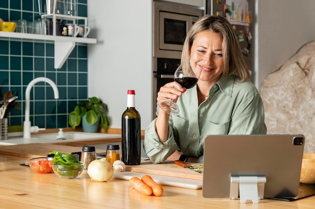 Mulher de tiro médio bebendo vinho