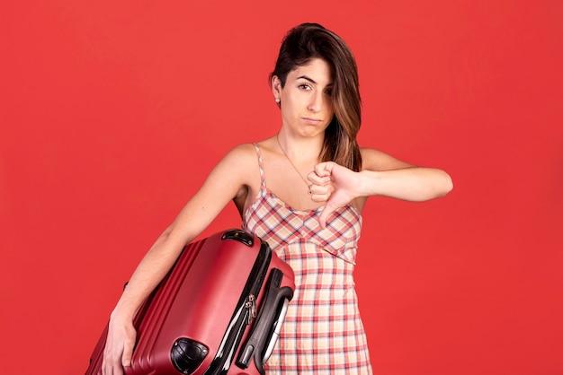 Mulher de tiro médio com bagagem