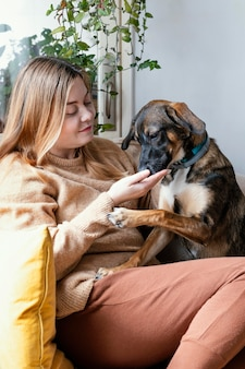 Mulher de tiro médio com cachorro fofo