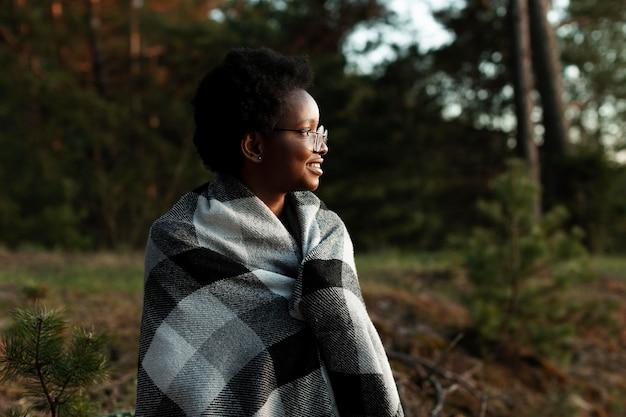 Mulher de tiro médio com cobertor