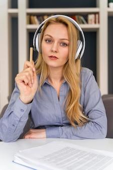 Mulher de tiro médio com fones de ouvido