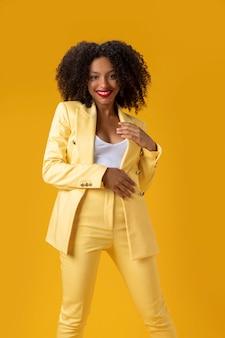 Mulher de tiro médio com fundo amarelo
