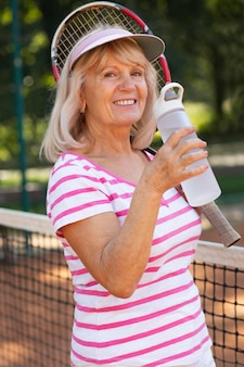 Mulher de tiro médio com garrafa de água
