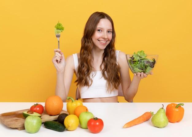 Mulher de tiro médio com legumes