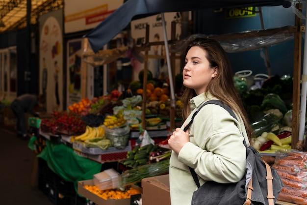Mulher de tiro médio com mochila