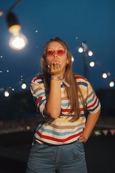 Mulher de tiro médio com óculos de sol