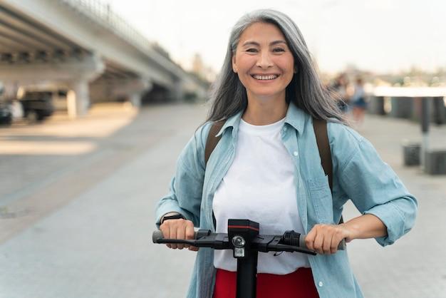 Mulher de tiro médio com scooter