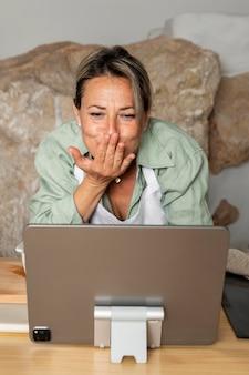 Mulher de tiro médio com tablet