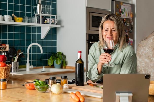 Mulher de tiro médio com vinho