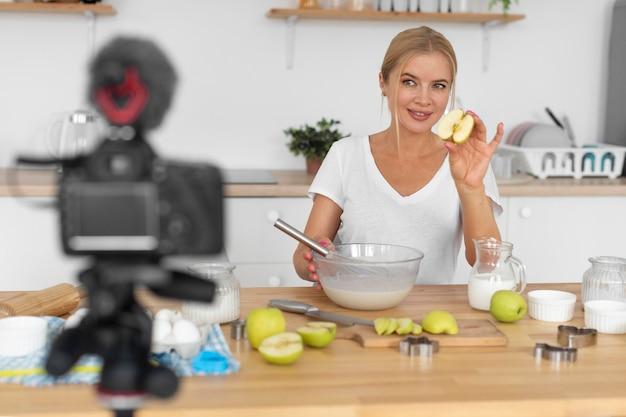 Mulher de tiro médio cozinhando com maçãs