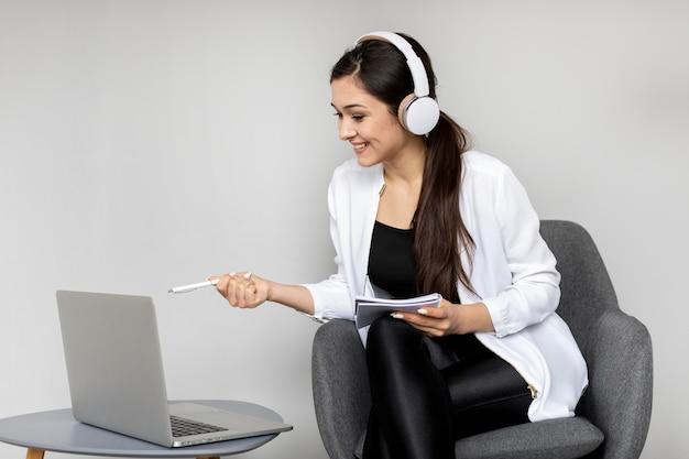 Mulher de tiro médio discutindo em videochamada