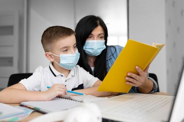 Mulher de tiro médio e criança com máscara