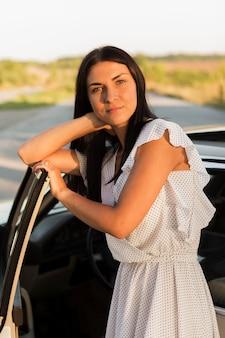 Mulher de tiro médio em vestido posando