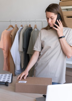 Mulher de tiro médio falando ao telefone