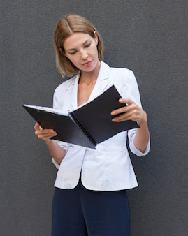 Mulher de tiro médio lendo documentos