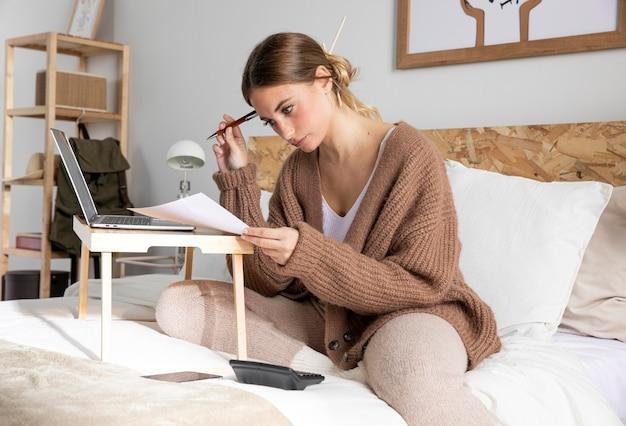 Mulher de tiro médio lendo jornal