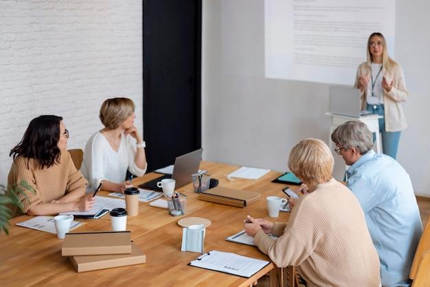 Mulher de tiro médio liderando reunião de negócios