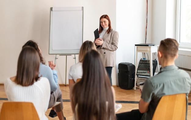Mulher de tiro médio liderando reunião de terapia