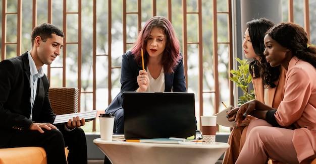 Mulher de tiro médio liderando reunião em ambientes fechados