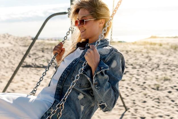 Mulher de tiro médio na praia