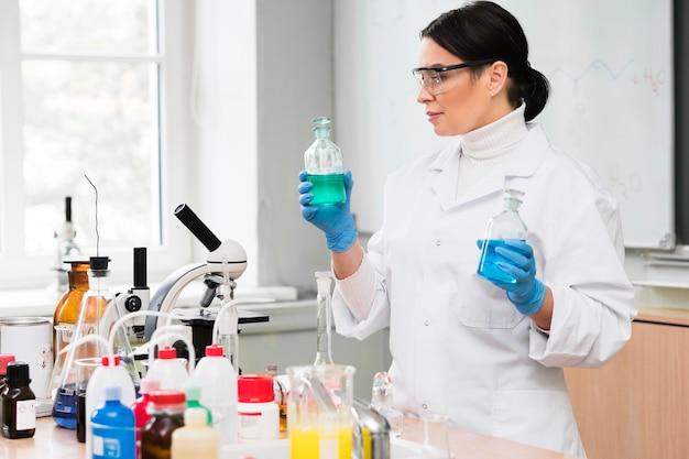 Mulher de tiro médio no laboratório