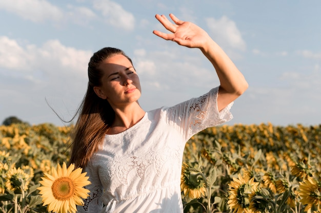 Mulher de tiro médio posando ao sol