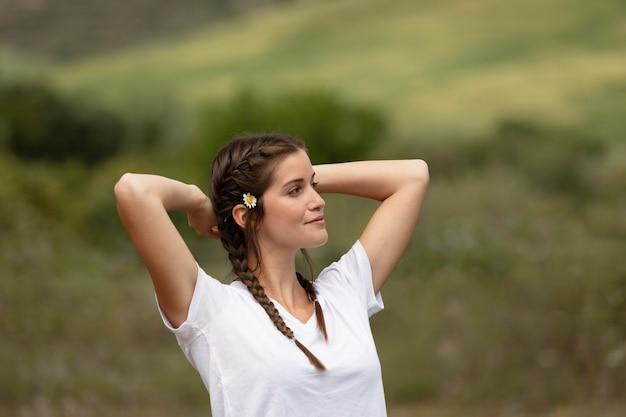 Mulher de tiro médio posando na natureza