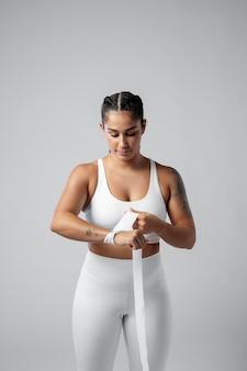 Mulher de tiro médio se preparando para o esporte