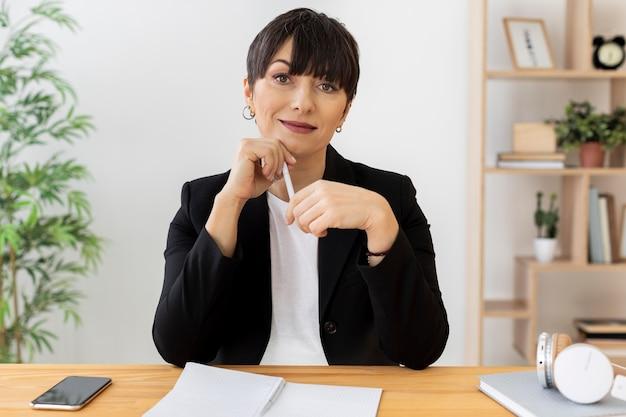 Mulher de tiro médio segurando caneta