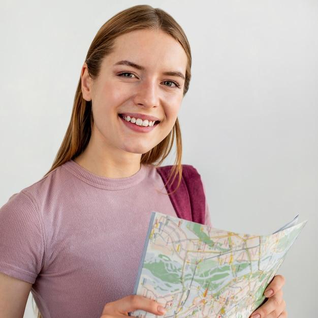 Mulher de tiro médio segurando mapa