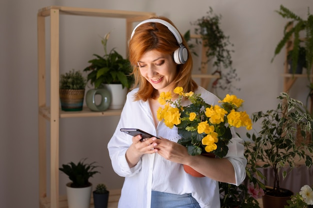 Mulher de tiro médio segurando o telefone