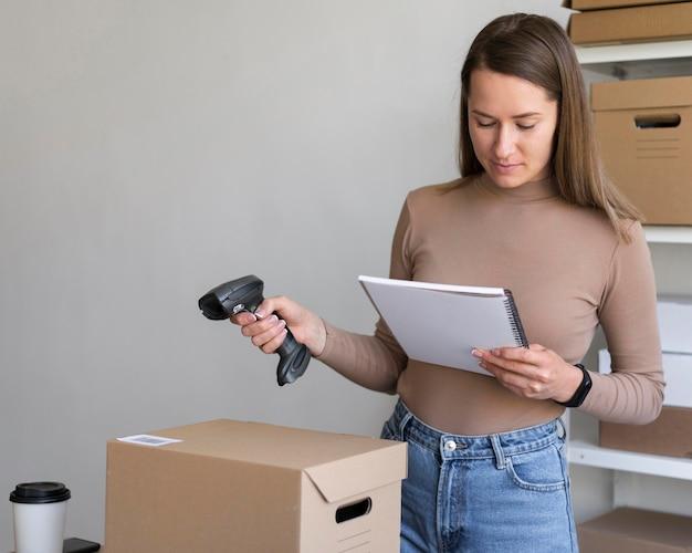 Mulher de tiro médio segurando scanner