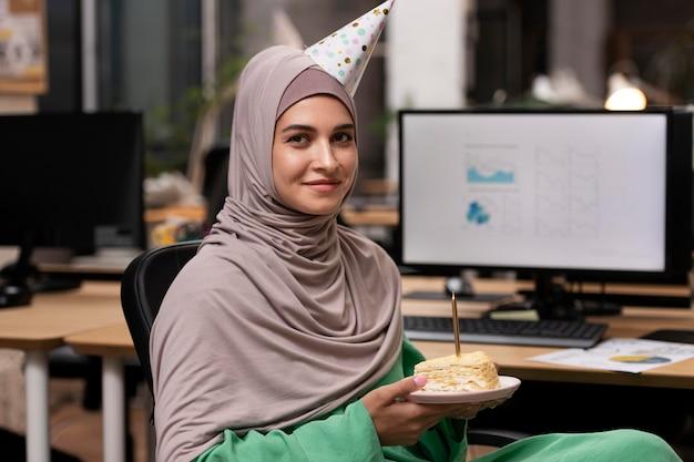 Mulher de tiro médio segurando um prato de bolo