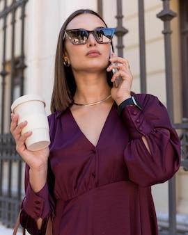 Mulher de tiro médio segurando uma xícara de café