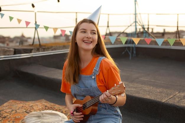 Mulher de tiro médio tocando música