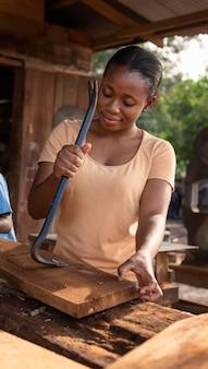 Mulher de tiro médio trabalhando com madeira