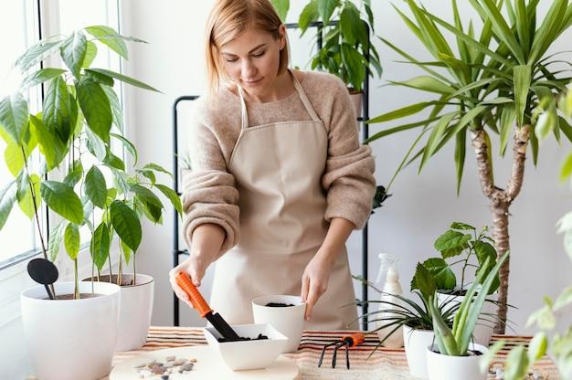 Mulher de tiro médio trabalhando dentro de casa