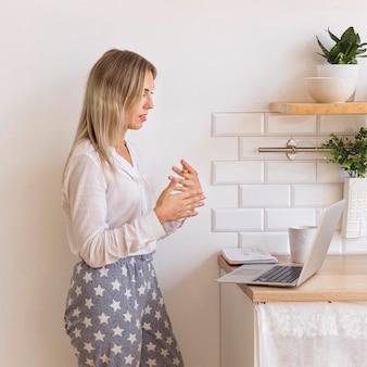 Mulher de tiro médio trabalhando em casa