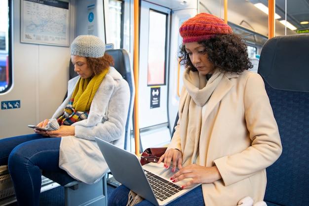 Mulher de tiro médio trabalhando no trem