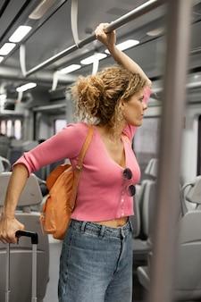 Mulher de tiro médio viajando