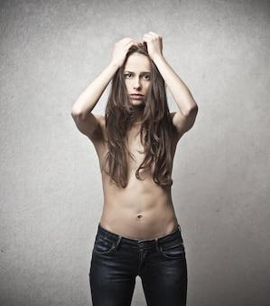 Mulher de topless preocupada