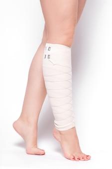 Mulher de tornozelo arrastado bandagem elástica