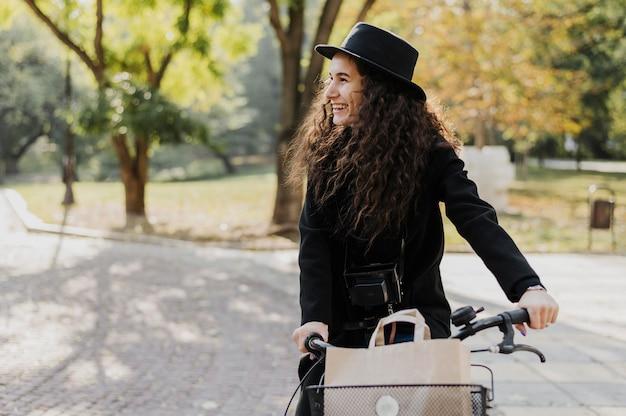Mulher de transporte alternativo de bicicleta olhando para longe
